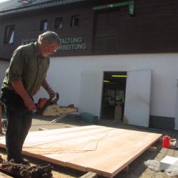 Die Holzbohlen werden zuerst mit der Carver-Säge bearbeitet.