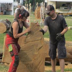 Frau bei Bildhauern